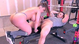 Y1ny L30n Gym workout