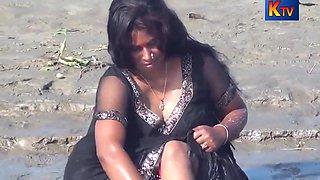 Desi Aunty Bathing