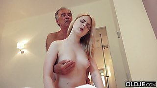 18 yo girl kissing and fucks her mature step dad in bedroom