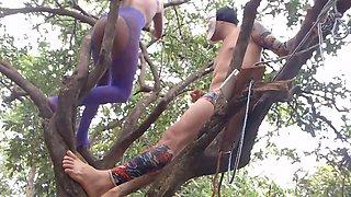 Grá vida faz sexo na á rvore escondida da mã e