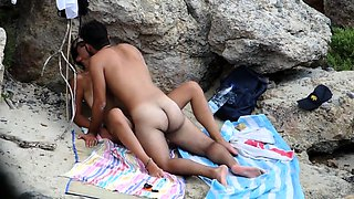 Beach voyeur finds a horny amateur couple having hot sex