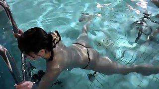 Amateur Oriental babe exposes her hot curves in the pool