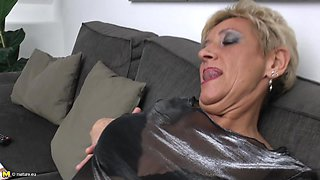 Mature pussy is nice and wet as the babe fucks a dildo