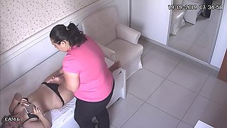 Cellulite MILF catched by hidden cam in massage room