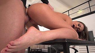 Long-legged beauty pleases her fetishist boyfriend with feet