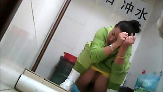 Sexy japanese girl spied in a toilet