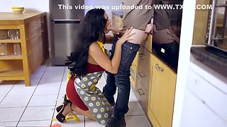 BUSTY HOUSEWIFE IS FUCKING A DELIVERY GUY - SHOW 76