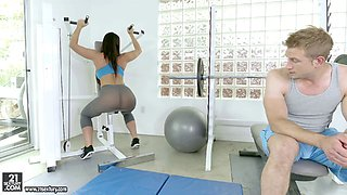 An athletic babe ends her workout by getting fucked