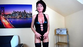 Stacked webcam cougar in stockings pleases her tight peach