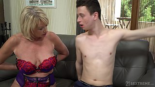 Mature whore in colorful corset Milf Amy wanna get her old cunt licked