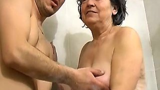 OmaPass old chubby Granny playing with couple in bath