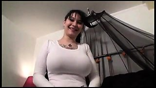 amatrice tatoued emo show huge bra and boobs
